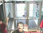 パソコンを盗む二人の少年