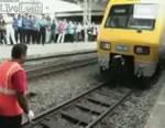 歯で電車を動かす男