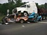 トラックと乗用車の事故スライドショー