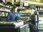 雑貨店員 vs 黒人の子供
