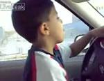 車を運転する6歳の少年:サウジアラビア