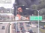 炎上する車の横を通るのは危険
