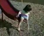 滑り台ハプニング映像