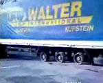 後輪がホイールだけのトラック