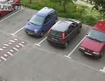 駐車場か出る女性ドライバー
