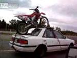 バイクを車の屋根に乗せて