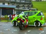 クラッシュテスト バイクが車側面衝突