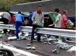 ビールを積んだトラック事故現場
