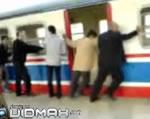 列車を押す乗客