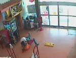 店員に取り押さえされる泥棒