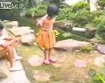 池に落ちる女の子