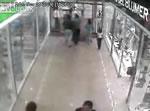 ガラスドアに突っ込む女性