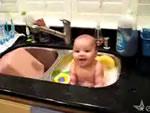 シンク風呂に入る赤ちゃん
