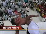 赤ちゃんを建物から落とすインドの儀式