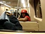 電車内で狂ったように騒ぐ女