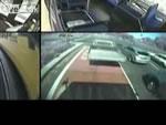 バスに嫌がらせをする乗用車