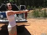 女性の射撃練習