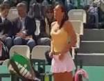 着替える女子テニスプレイヤー