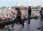 ステージから落ちるシンガー