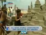 取材中に砂の城を崩してしまう女性レポーター