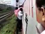 列車から落ちる男性-ムンバイ