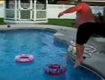 おでぶさんがプールに浮かんだ浮き輪をくぐる