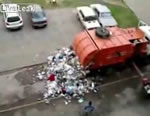 ゴミ収集車からゴミが散乱