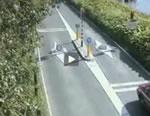 車止めに突っ込む女性ドライバー
