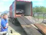 トラックから車を出す