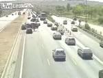 渋滞の列に突っ込む車