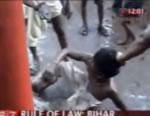 インド 青年を集団暴行衝撃映像