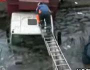 凍った池におちたトラックからの救出
