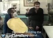 ユニークな方法でヒゲを剃る理容師