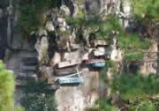 棺桶を岸壁に設置する村