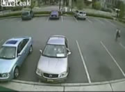駐車場で人身事故 バックしてきたトラック