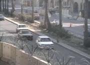 無理な横断で車に撥ねられる女性