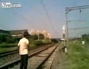 ムンバイ 電車でとても危険な度胸試し