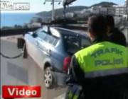 飛び出した車が建物を跨いで奇跡的に助かった女性