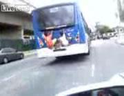 バスの後部にしがみつく少年二人