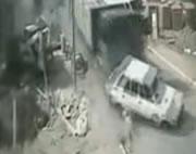 狭い道で次々と車に突っ込むトラック