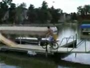 自転車で湖にジャンプ!・・・失敗