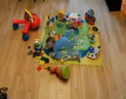 おもちゃで遊ぶ赤ちゃんを早送りで見る
