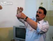 カエルを生で食べる、イラクの警官