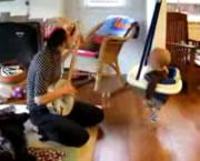 バンジョーの演奏に合わせて踊る赤ちゃん