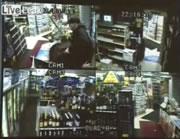 客に取り押さえられた強盗