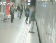 スリを捕まえようとして刺される乗客