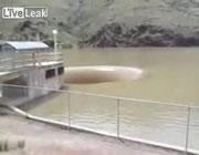 ダムに出来た巨大な穴