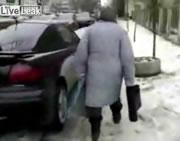 盗難ブザーを鳴らしまくる女性