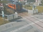 間一髪で列車との衝突を免れた映像集