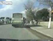 バスから落ちる乗客
